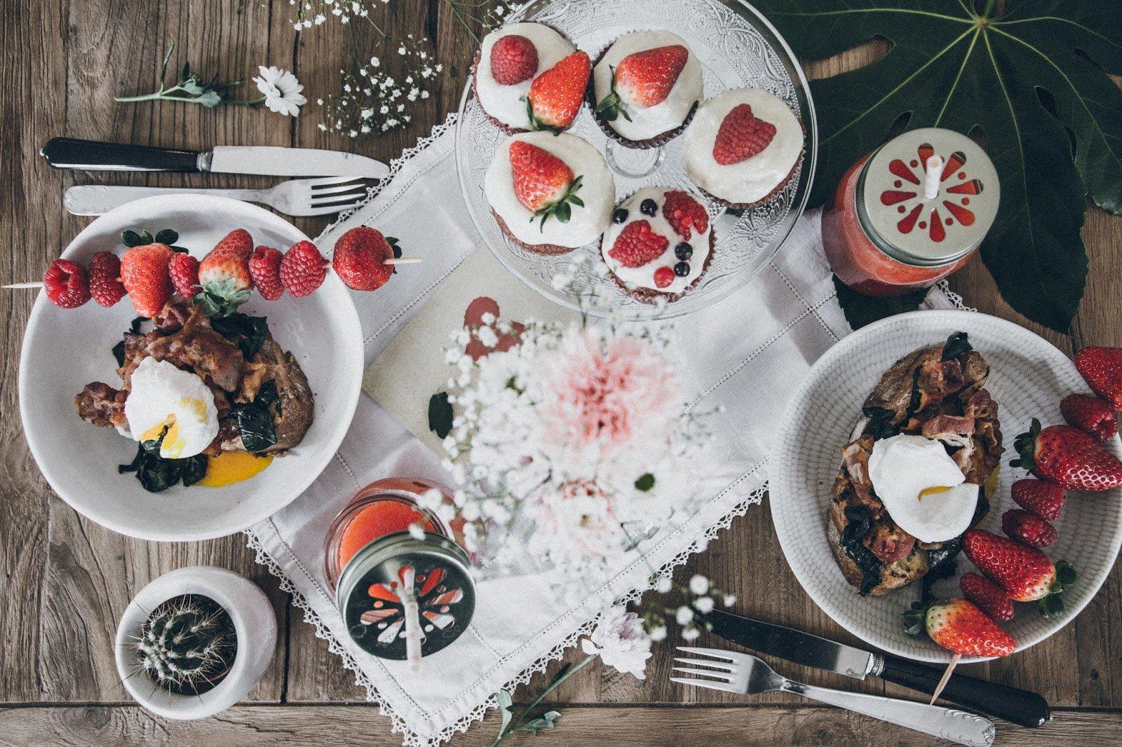 brunch sp cial saint valentin da quiri fraise pink cupcakes toasts bacon oeufs poches. Black Bedroom Furniture Sets. Home Design Ideas